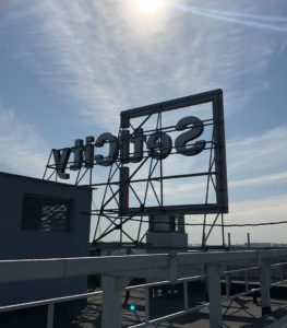"""рекламная конструкция на крыше одного из домов в ЖК """"ЗимаЛето"""""""