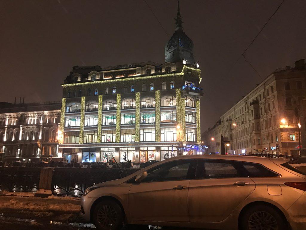 Новогоднее оформление фасада универмага Au Pont Rouge