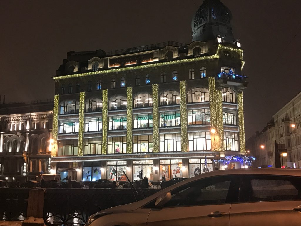 Яркое оформление фасада здания Au Pont Rouge («У Красного моста»)