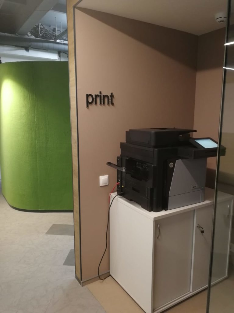 Табличка обозначения зоны печати в офисе компании 'Петер сервис'