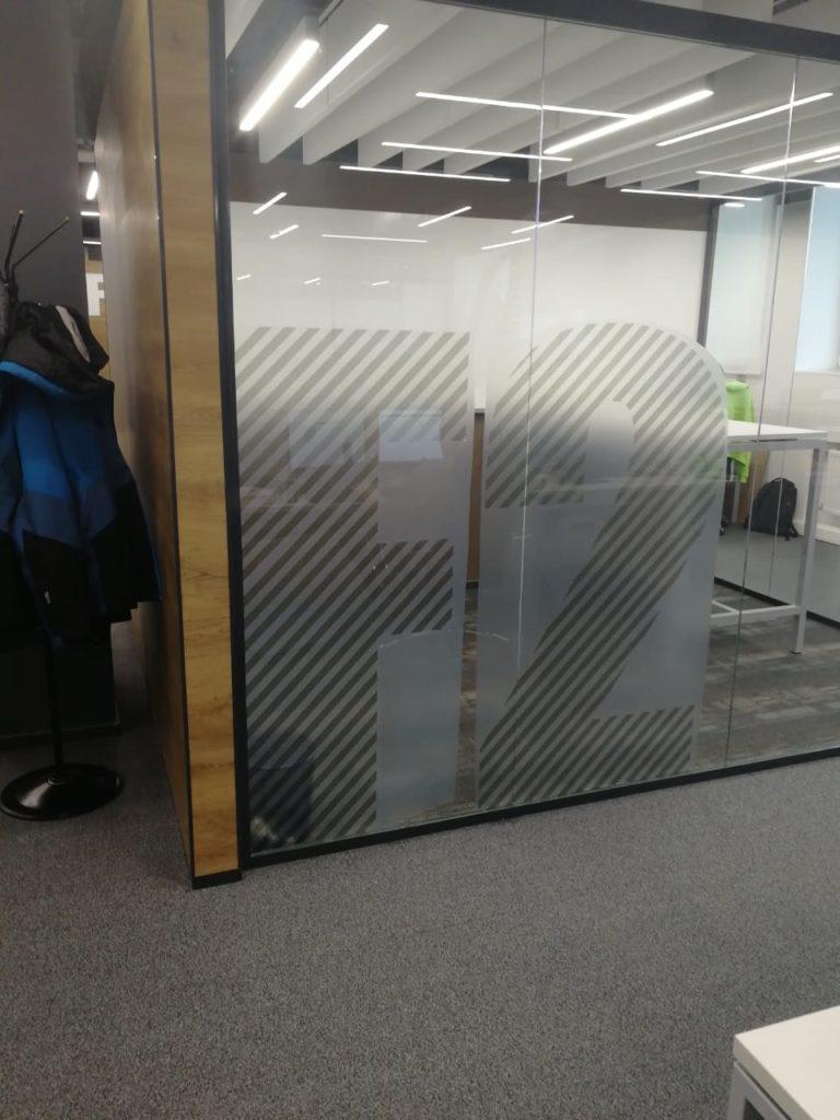 Оклейка стекол декоративной пленкой в офисе 'Петер Сервис' фото