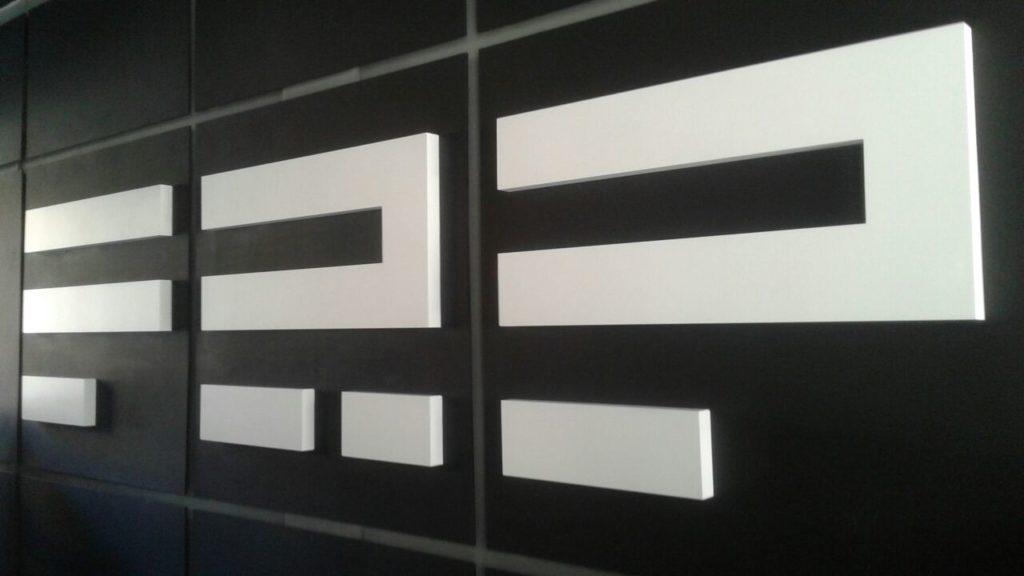Объемные буквы в интерьере студии FRP фото