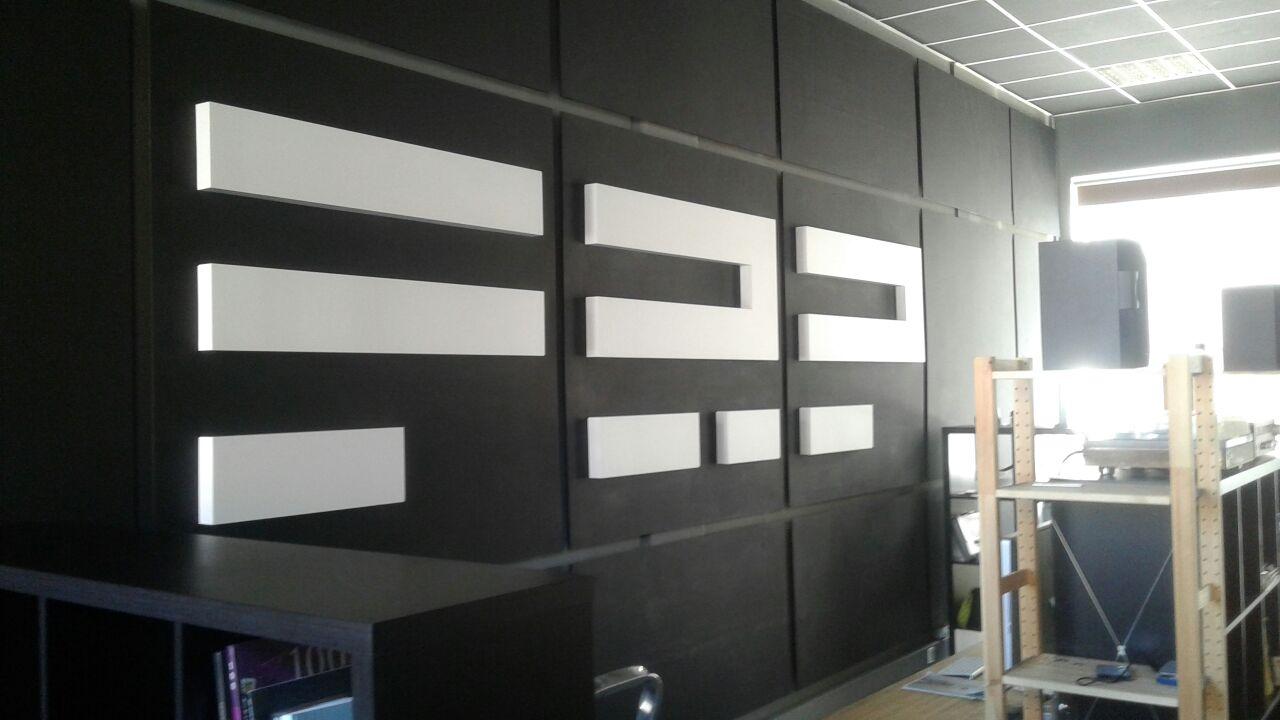 Интерьерная вывеска в студии FRP