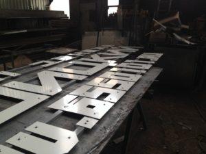 буквы из нержавеющей стали, изготовление букв из нержавеющей стали, буквы для бизнес центров, изготовление букв из металла, буквы под золото