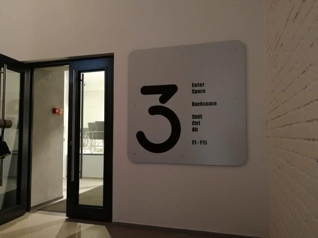 Навигационное табло перед входом на 3 этаж в офисе компании 'Петер-Сервис'
