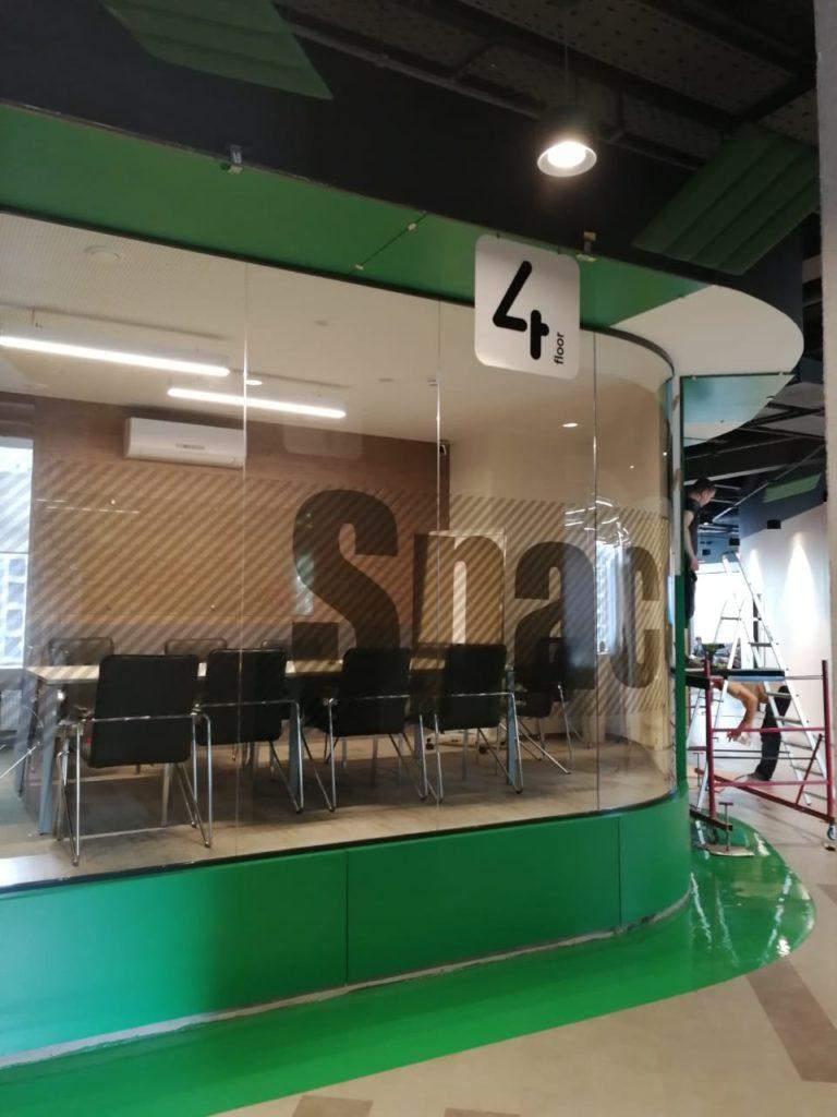 Вывески с обозначением 4 этажа в офисе компании 'Петер-Сервис'