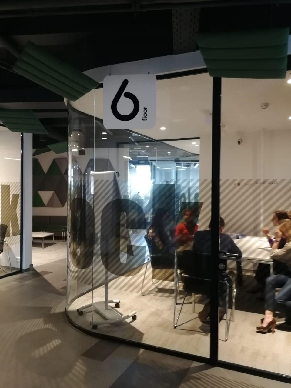 Интерьерная вывеска с обозначением этажа в офисе компании 'Петер-Сервис'