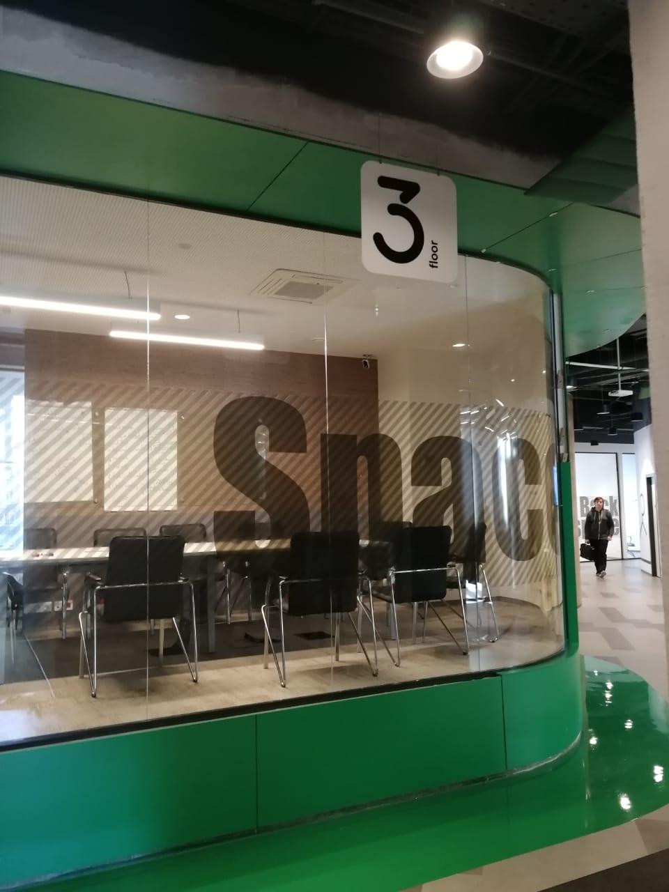 Вывески с обозначением этажа в офисе компании 'Петер-Сервис' фото