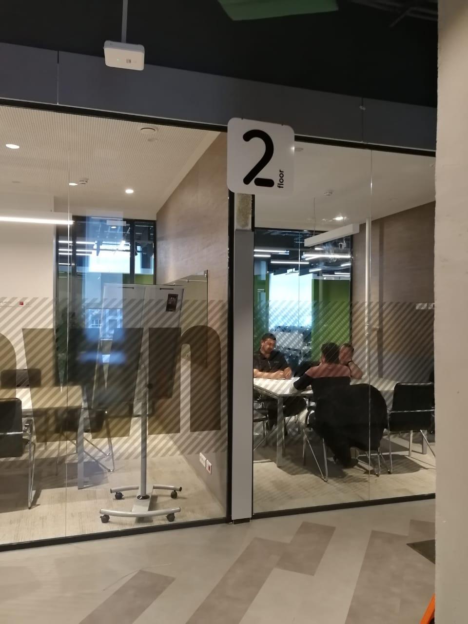 Интерьерная вывеска с обозначением этажа в офисе компании 'Петер-Сервис' фото