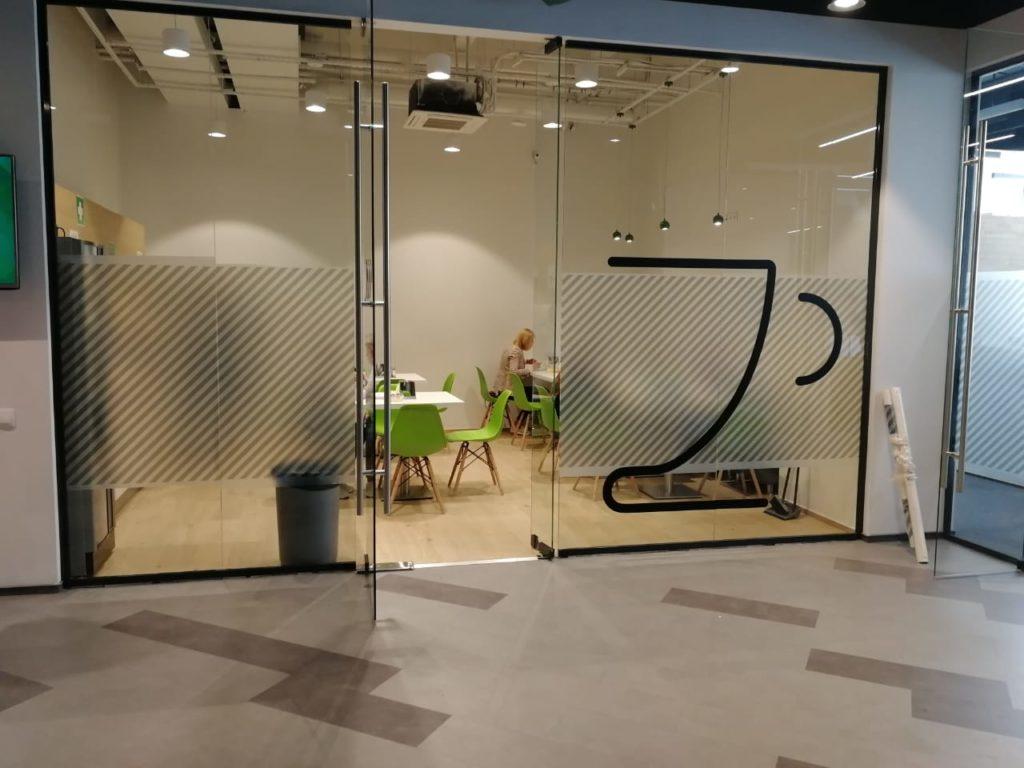 Оклейка стеклянных перегородок внутри офиса компании 'Петер-Сервис'