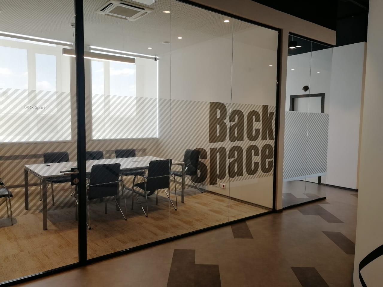 Оклейка офисных стеклянных перегородок компании 'Петер-Сервис'