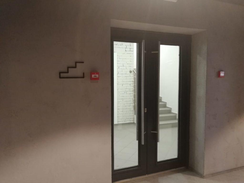 Обозначение лестницы в офисе компании 'Петер-сервис'