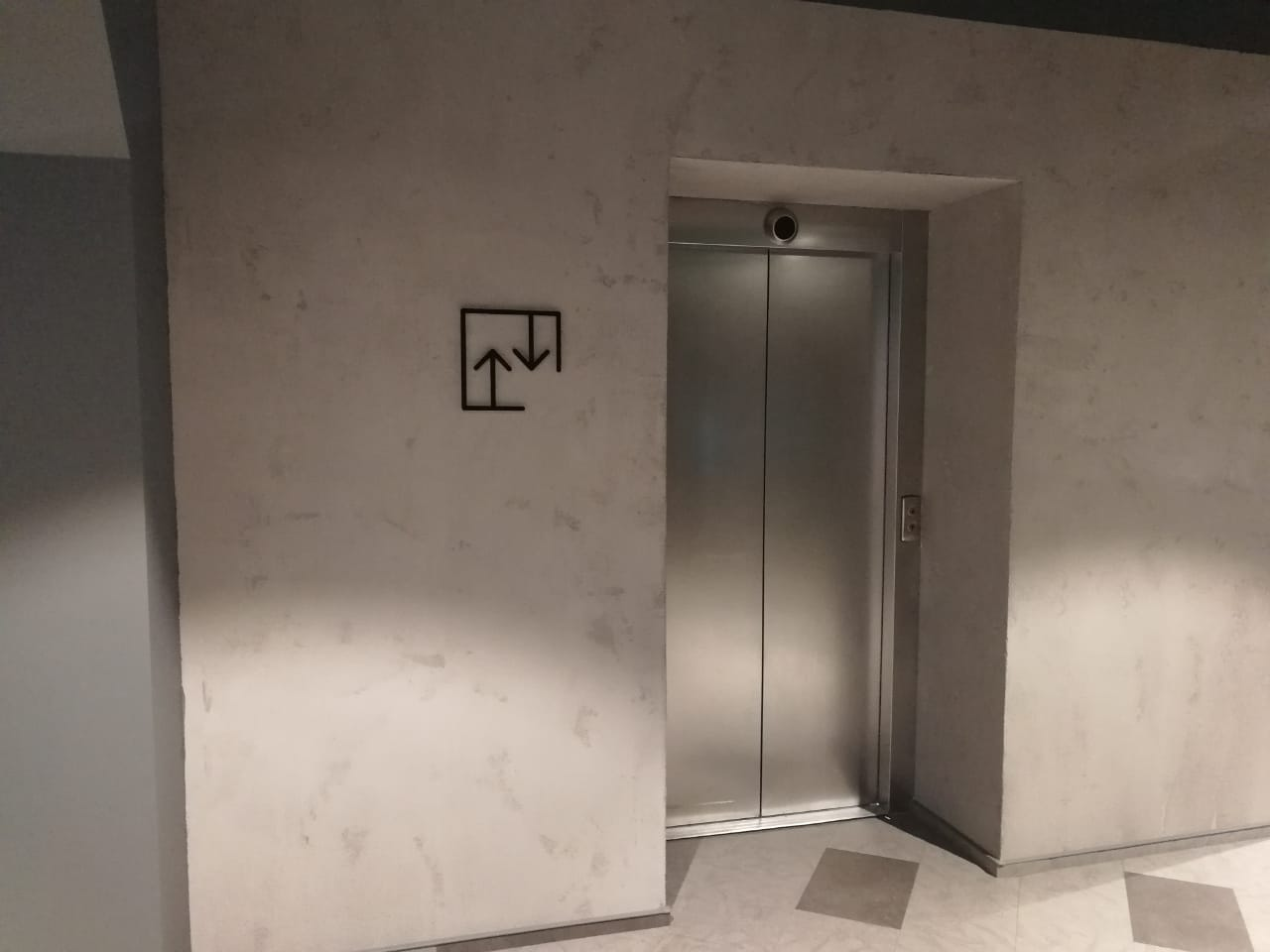 Обозначение лифта в офисе компании 'Петер-сервис'