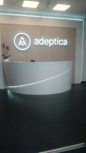 объемные буквы и логотип в интерьере стоматологии