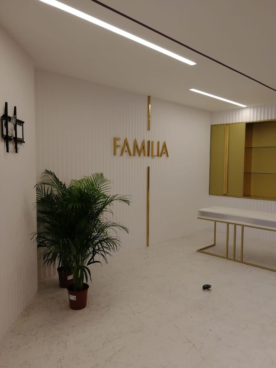 Интерьерная вывеска в офисе ЖК Familia