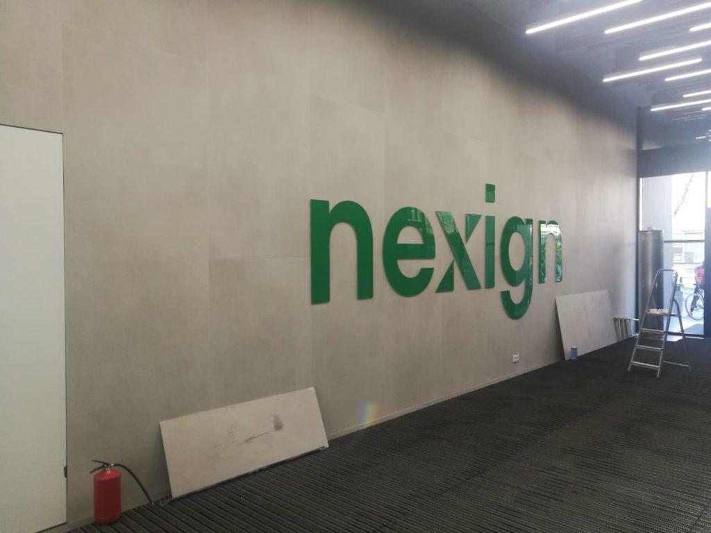Изготовление и монтаж интерьерной вывески для компании Nexign