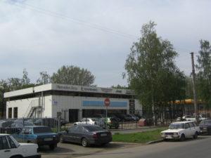 вывески на фасаде автомобильного салона