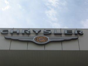 вывеска на фасаде автомобильного салона