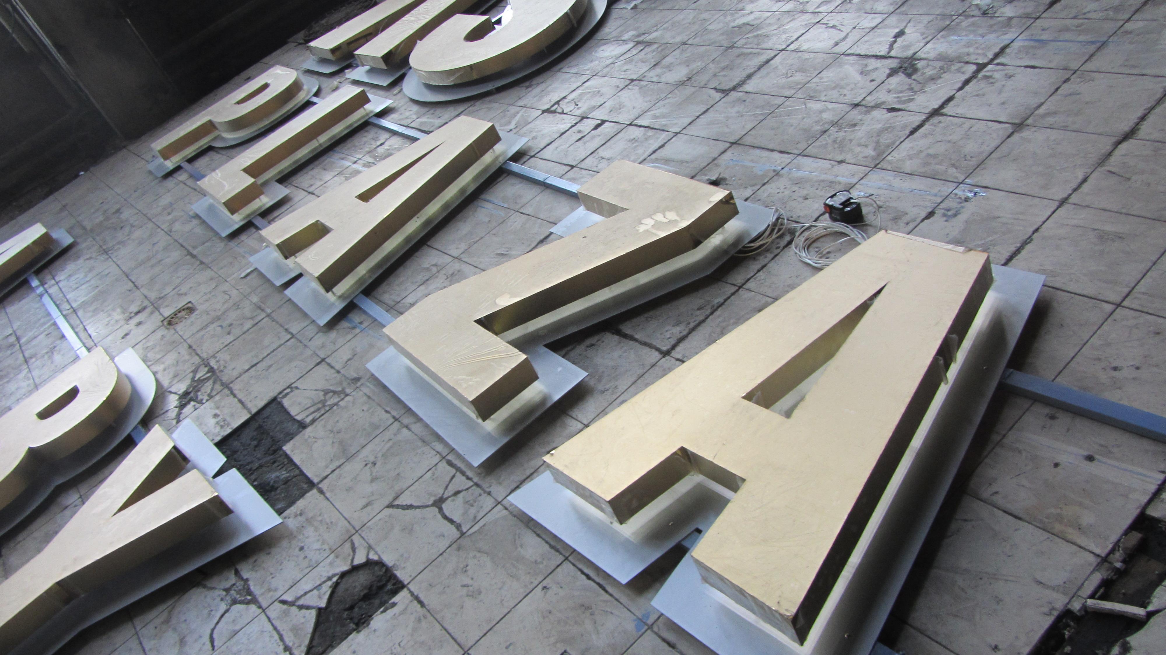буквы их нержавеющей стали с подтветкой для бизнес-центра