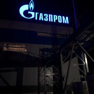 kryshnaya-ustanovka-iz-bannernyh-bukv-gazprom02